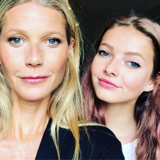 გვინეტ პელტროუ ქალიშვილთან ერთად