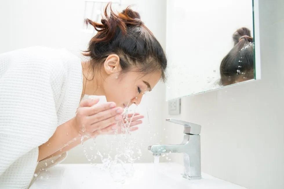 ცივი წყლით სახის დაბანა