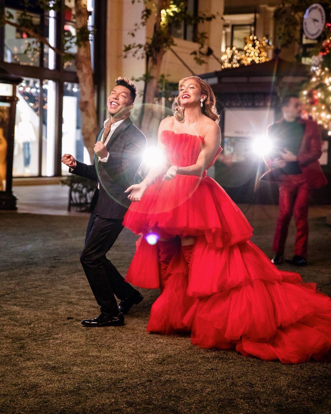 ჯეი ლოს საახალწლო სიმღერა და მაგიური წითელი კაბა